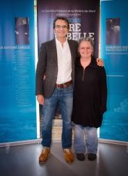 L'artiste Dominique Beauregard en compagnie de M. Gilles Desjardins, auteur de la série Les pays d'en haut.